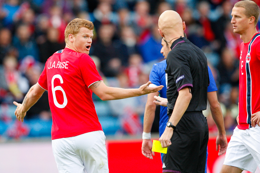(6) John Arne Riise (Norway/Fulham) show his views to the referee.