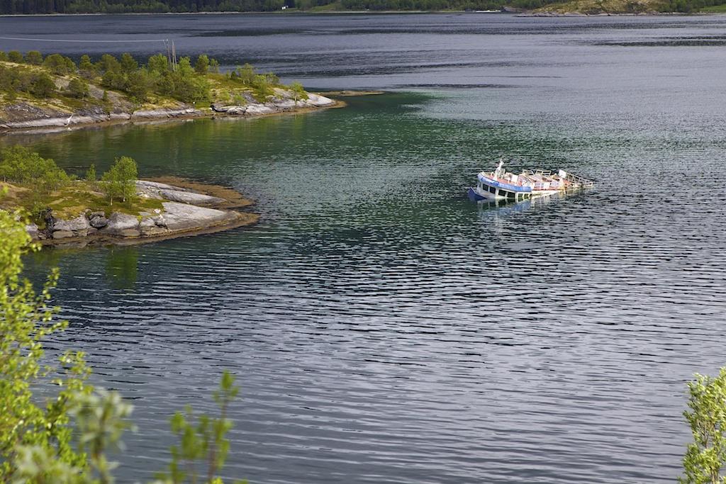 Sunket båt i Gratangsfjorden. Copyright (c) Photo: Pål Bergstad